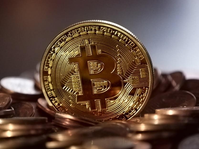 Złoto, dolary, a może bitcoin? W co inwestowano kiedyś, a w co inwestować w 2018 r?