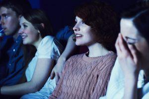 kobiety ogladaja film w kinie