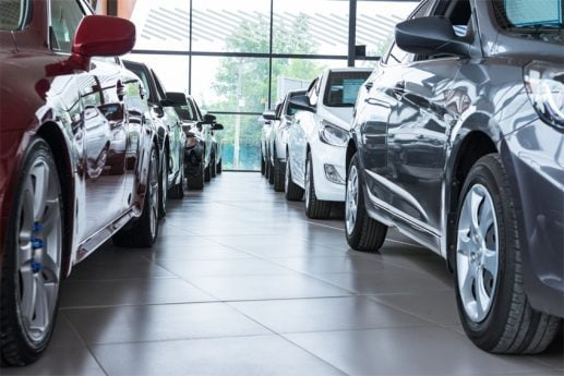 Samochody osobowe w leasingu stojące w salonie samochodowym