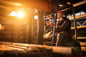 operator wozka widlowego w sektorze przemyslowym