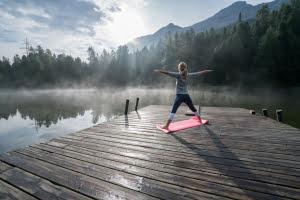 pracownik odpoczywa na urlopie cwiczac joge