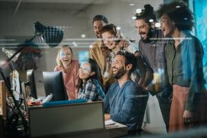zadowolenia pracownicy swietuja wspolny sukces