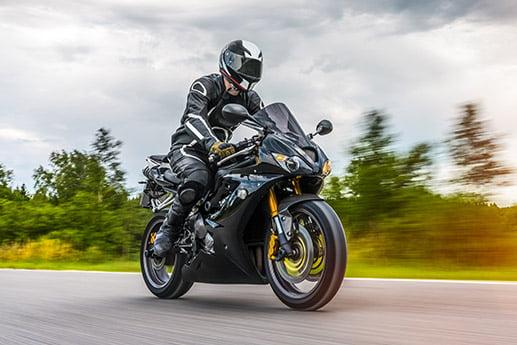 Motocyklista w drodze