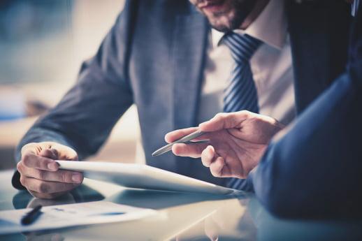biznesmen omawiający umowę leasingu
