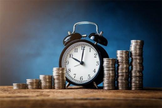 budzik stojący obok monet - czas trwania leasingu