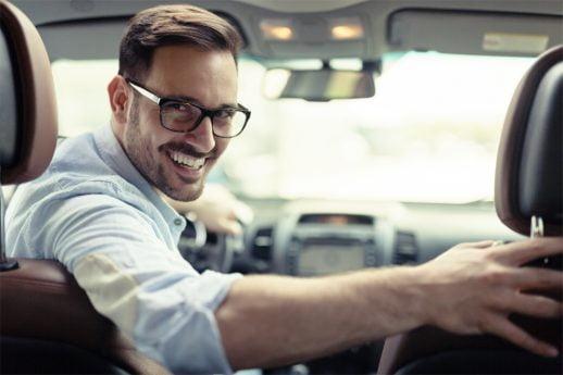 meżczyzna w samochodzie - dla kogo leasing samochodu