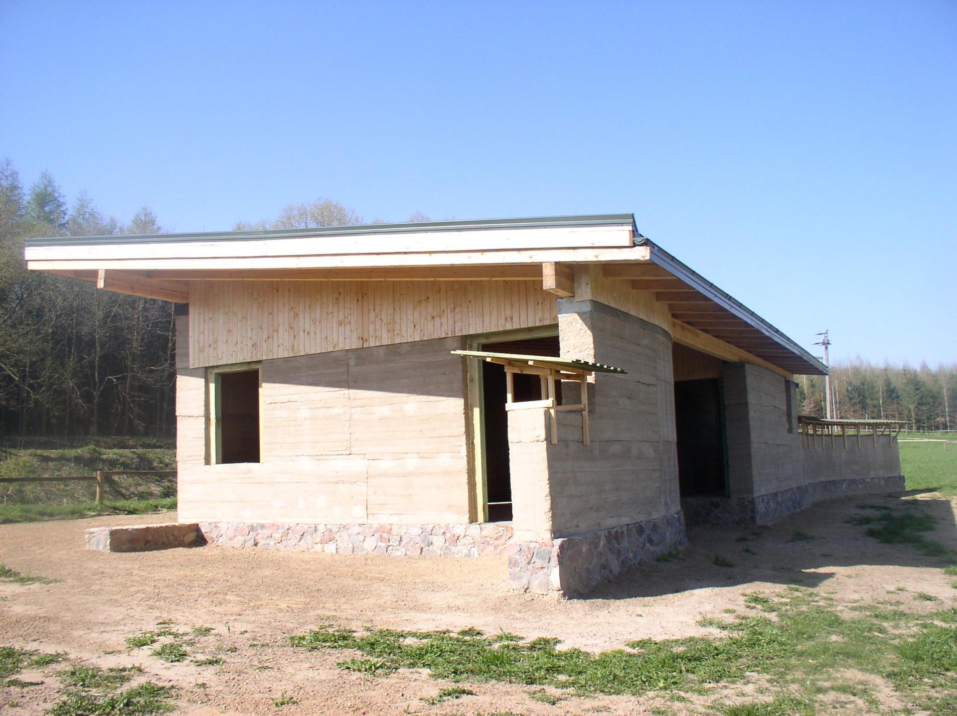budownictwo z ziemi - konstrukcja pawilonu z ziemi ubijanej pozyskanej na miejscu budowy