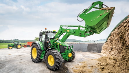 maszyna-rolnicza-w-czasie-pracy