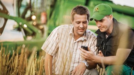 doradca-finansowy-pokazuje-oferte-rolnikowi