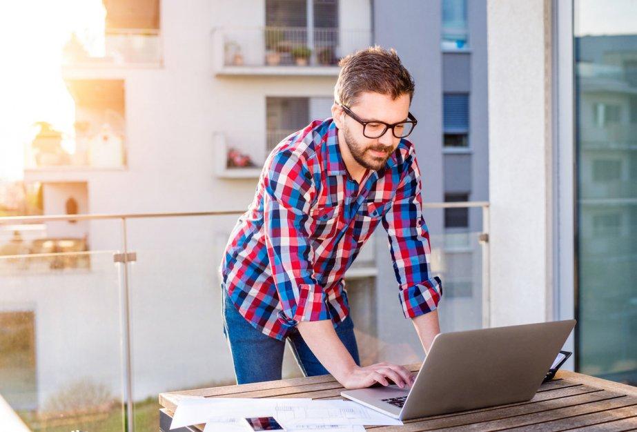 Jak zacząć pracę jako freelancer i na jakie pułapki uważać? Poznaj zalety oraz wady freelancingu